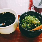 きよちゃんうどん - 卓上の薬味(胡麻味噌/青唐辛子)