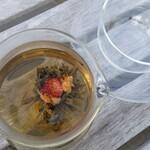 ビストロアンドカフェ タイム - 花茶。透明の器が涼しげです。
