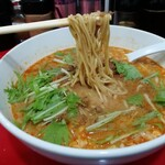 京橋ササラ - 金胡麻担担麺の麺を持ち上げたところ。スープがめっちゃ絡む!