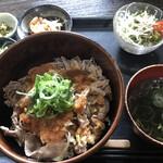 むちゃく - 日替りランチ=800円 税込 (牛丼・小鉢2品・汁物・サラダ付)