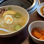 焼肉・冷麺ヤマト 北上店 - 冷麺は別添のカクテキで辛味を