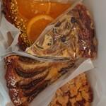 ブラック バーズ - オレンジのタルト、いちじくのタルト、クルミのタルト、きこのこキッシュをテイクアウト