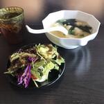 王龍餃子房 - サラダとワンタンスープ。 美味し。