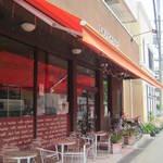 プルクワ - お店の前でも食べられますが、かなり交通量の多い道路沿い・・・