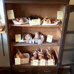萌黄 - 棚の中に並ぶパンたち