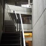 プルミエカフェ - お店への階段とお店