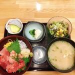 さかな屋すし 魚健 - まぐろ三色丼 780円 あら汁セット(サラダ 漬物 デザート付)350円