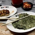 河童ラーメン本舗 - トッピング海苔と餃子。割り箸はくっつかない配慮か。
