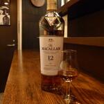 洋酒場 羽月 - シングルモルト「マッカラン」 12y(¥1100)。¥330の品と飲み比べることで、ウイスキーの魅力を再認識でき、貴重な体験に