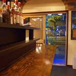 洋酒場 羽月 - 和風スナックを改装したという店内。外は通り雨