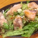 鮪専門店 MEGRO - 鮪燻製サラダ 最初にこれをいただいて美味しさに瞠目しました
