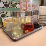 香港居酒屋 華翠苑 - 卓上にある調味料