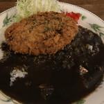 洋食工房 くつろぎ - 牛すじ黒カレーのメンチカツ