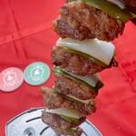 シュラスコ&ビアレストラン ALEGRIA - 【ペッパーステーキ】脂身と赤身のバランスの良い部位。  玉ねぎとピーマンの野菜とご一緒に。