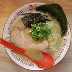 塚本 一盃 - 九州とんこつラーメン(700円、真上から)
