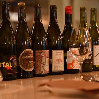 日替わりワインは7種、世界各国から厳選したナチュラルワイン