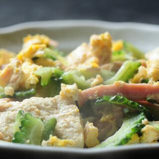 新鮮な素材を活かした沖縄の家庭料理。オリジナルメニューも◎