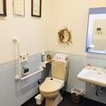レストラン アオヤマ - お手洗い2 車椅子、ベビーカーそのまま入れます。オムツ交換台あり