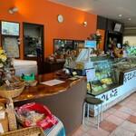 132321651 - 店内は右奥がレストラン。左奥には、世界中のチーズが揃います(*^◯^*)♡
