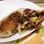 タコベル - 両極端 ㊧チージービーフブリトー(肉と米とチーズみっしり) ㊨クランチラップスプリーム(ポークと野菜ジューシー)