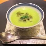 132339458 - えんどう豆を熱いスープで。この時期に熱いスープ。必ず最初のスープの中国における効用はシェフによって語られます。