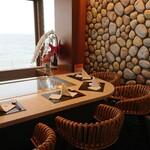 鉄板焼き 七里ガ浜 - カウンター端の席は半個室のようなプライベート感