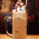伴茶夢 - 「カフェクイーン」学生さんには一番人気!バニラアイスとアイス珈琲をミキサーに掛けた飲み物です。
