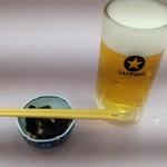 132378303 - 生ビール中 580円、お通し ♪