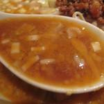 AKAMARU食堂 - スープはあっさりの醤油ベースに、白ゴマとラー油のコクが加わってます。