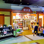 駅弁屋 - JR新潟駅2階の東側東口改札口前にあります(2012年5月)