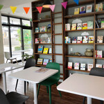 みんなのカフェ - ブックカフェ。 本の購入も可能。