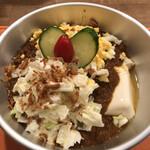 AKL  ~カレーなる酒場~ - 特製カレーボウル キーマをライス→豆腐にアレンジ。さらにきざみタマゴとコールスローをトッピング