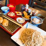 山久 - 一色セット。蕎麦、辛味大根、がんもどき、生姜の天ぷら、アボガドマヨネーズ和えサラダ、稲荷と甘味。