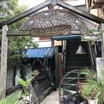 タイ料理ハウス ピサヌローク - 異国情緒溢れる外観。この階段を登って2階のお店へ。