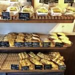 ぱんや 照光 - 3坪ほどの店内に並ぶ80種類ものパン