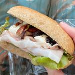 132418196 - ⚫︎生ハムと北海道産クリームチーズとフランス産フレッシュレーズンのサンド 美味しすぎて幸せ〜♡