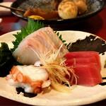 静岡おでんと旬魚 水の尾 - お刺身盛り合わせ。
