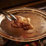 いろりの宿 芦名 - 会津地鶏を水晶板焼きで。確かな歯応えの中で、ギュッと閉じ込めた肉汁。