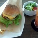 ディスイズ カフェ - ベーコンバーガーセットとブラッドオレンジジュース