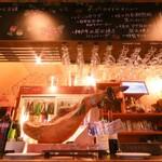 日本酒×炭火バル からんと - 一階カウンター席には生ハム原木