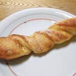 132455149 - バターたっぷりフランスパン