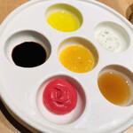 132458712 - 6種のディップ ビーツのマッシュポテト メイプルシロップ ハーブのサワークリーム オリーブオイルと塩 バルサミコ酢 ママーマレード
