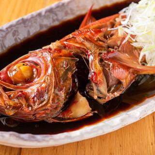 煮付けた旬の鮮魚や高級魚をリーズナブルにご提供しております