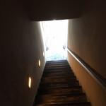 インド料理 想いの木 - 階段上から見た一階入口方向