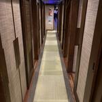 プライベート個室×旬菜居酒屋 魚々ろ - 廊下の様子です。すべて個室でした。