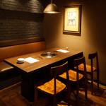 焼肉 MIYAKOYA - 6名用テーブル席