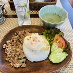 タイ料理店 プラーカポン - 料理写真:ガパオとマナオソーダ