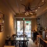 Organic Cafe ゆきすきのくに - 珪藻土で包まれた店内。