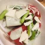 海鮮屋台おくまん - アスパラとトマトのサラダ