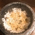 炭火焼肉・韓国料理 KollaBo - おこげを出汁で割ります。